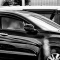 都内の住宅街にある駐車場にて。手前と奥、2台並んだ車の中でそれぞれ中年男性が一人で時間を過ごしていた