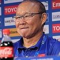 日本戦後の記者会見で、笑みを浮かべるパク・ハンソ監督。どこまでも憎めない人物だ。(C)AFC