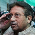 パキスタン首都イスラマバードの対テロ法廷に到着したペルベズ・ムシャラフ元大統領(2013年4月20日撮影、資料写真)。(c)AFP/AAMIR QURESHI