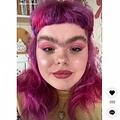 一本眉が印象的な21歳の女性(画像は『cydni.akbar 2021年4月14日付TikTok「Why am I so unsymmetrical」』のスクリーンショット)