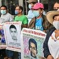 メキシコの首都メキシコ市で、2014年に学生43人が失踪した事件から6年目を迎えて行われた抗議デモに参加する被害者の親族ら(2020年9月25日撮影)。(c)Pedro PARDO / AFP
