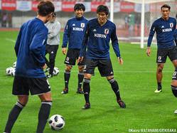 年上選手に囲まれて笑顔を見せる日本代表DF冨安健洋