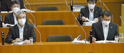 亀田郁夫市長(手前右)=6月15日、千葉県鴨川市議会