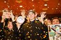 祝福の紙吹雪が舞う中、撮影に応じる佐々木朗希投手=2019年10月17日午後6時すぎ、岩手県大船渡市、福留庸友撮影