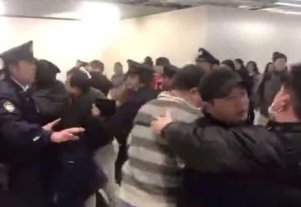 [画像] 成田空港、LCC欠航で苛立った中国人乗客が暴れる 傷害容疑で1人逮捕