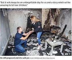 燃えてしまった部屋でプロポーズを再現したアルバートさんとバレリヤさん(画像は『The Sun 2020年8月5日付「LIKE A HOUSE ON FIRE Bloke's romantic proposal goes disastrously wrong as he burns down flat - but his girlfriend still says yes」(Credit: SWNS:South West News Service)』のスクリーンショット)