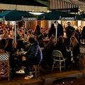 フランス・パリで、ロックダウン(都市封鎖)再導入が数時間後に迫る中、バーのテラス席で飲酒を楽しむ人々(2020年10月29日撮影)。(c)THOMAS COEX / AFP