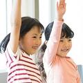 日本の学校では、「姿勢を正し、右手をピンと伸ばして挙げましょう」と習いますが、何とこれはヒトラーへのナチス式敬礼と酷似している!?