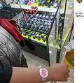 紙の腕時計をはめていた少年(画像は『Mfa Bob 2021年1月5日付Facebook「Masa budak ni sarung jam..air mata paksu dia menitis..budak tu pun ckp Btl Ke ni bang!!」』のスクリーンショット)
