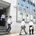 家宅捜索を終え、「山健組」事務所から出てくる兵庫県警の捜査員=10月、神戸市中央区