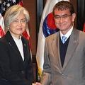 米国を交えた3カ国外相会談で握手を交わす康氏(左)と河野氏=7日、マニラ(聨合ニュース)