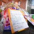 「救ってあげられなくてごめんね」。現場マンションの玄関には、亡くなった碇翔士郎ちゃんへのメッセージを添えたお菓子や花が供えられていた=2021年3月13日午後5時17分、福岡県篠栗町、板倉大地撮影