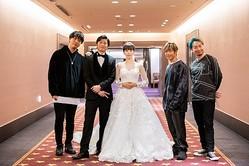 ソナーポケットの新曲「80億分の1」MVに出演した田中圭(左から2人目)、桜井ユキ(中央)
