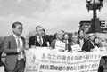 (写真)「ヒバクシャ国際署名」への協力を呼び掛ける推進連絡会の被爆者ら=18年11月20日、広島市