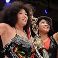 母の木村響子さん(左)とともにリングに立つ木村花さん=2016年10月30日