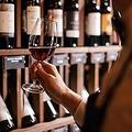 「スワリング」は、ワインを空気に触れさせるのが目的です