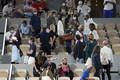 ジョコビッチ対ベレッティーニの試合中に退席を指示される観客たち(AP)