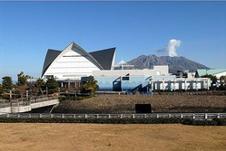 いおワールドかごしま水族館の背景に見えるのは鹿児島のシンボル・桜島