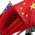 米国と中国の国旗(2011年1月17日撮影、資料写真)。(c)JEWEL SAMAD / AFP
