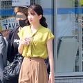 イエローの明るいシャツで撮影に臨む永野芽郁。20年10月撮影