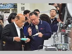 マスク生産などについて業者から説明を受ける蘇行政院長(左手前)