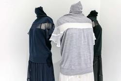 sacai×ジョン スメドレーのドレス&フーディー、ニットにシフォンやスウェットを組み合わせて