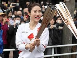 東京2020 聖火リレーリハーサル 聖火リレーのリハーサルが行われ、走り終え、聖火をつなぐランナーの石原さとみさん(中央)=15日午前、東京都羽村市(佐藤徳昭撮影)