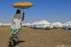 スーダン東部のキャンプを歩くエチオピア難民(2021年1月8日撮影、資料写真)。(c)ASHRAF SHAZLY / AFP