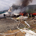 ロシア・シベリアの空港で緊急着陸を試みたもののオーバーランで建物に突っ込んでしまった旅客機An24の消火作業(2019年6月27日撮影)。(c)AFP=時事/AFPBB News