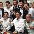 安倍晋三首相らが7月5日夜に参加した懇親会「赤坂自民亭」の集合写真。西村康稔官房副長官のツイッターより