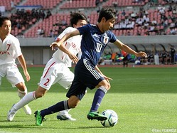 U-17日本代表たMF成岡輝瑠(清水ユース)がDF2人を振り切ってゴール前へ