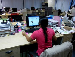 タイ人女性はまじめに仕事をするが、少し時間ができるとSNSを始めたり、お菓子を食べ始めたりする