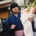病気の母のため、中学卒業後に相撲の世界へ飛び込んだ。