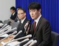 新たに新型肺炎の感染が確認された大阪市在住の女性について記者会見する厚生労働省結核感染症課の日下英司課長(手前)=29日夜、厚労省