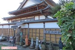 犯行現場の自宅は塀ぎわに地蔵、埴輪、ミッキーマウスを並べるなど異様な雰囲気=美浦村