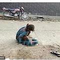 路上で出産した17歳少女(画像は『The Sun 2017年8月24日付「FORCED TO GIVE BIRTH IN THE STREETAbandoned 17-year-old girl is forced to give birth by the side of the road while soaked in blood 'after hospital snubs her pleas for help'」(COVER ASIA PRESS)』のスクリーンショット 画像を一部加工しています)