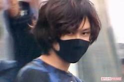 送検される岡庭容疑者。ネット上では整形疑惑が流れるが、埼玉県警に逮捕された昨年11月から外に出ていないため、整形はありえない