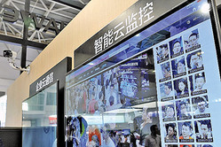 中国当局は12日1日、新たに携帯電話の契約をする利用者に、顔認証データの登録義務化を実施し始めた(大紀元資料室)