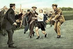 1908年ロンドン五輪マラソン。イタリア代表のドランド・ピエトリ選手は首位でスタジアムに入るも昏倒。周囲の助けを借りながらゴールしたが、失格となった(Wikimedia Commonsより)