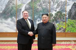 北朝鮮・平壌でマイク・ポンペオ米国務長官(左)と握手をする金正恩朝鮮労働党委員長。朝鮮中央通信(KCNA)提供(2018年10月7日撮影、2018年10月8日公開)。(c)AFP=時事/AFPBB News