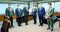 (写真)佐々木聖子出入国在留管理庁長官(右から3人目)に要請書を渡す衆院法務委員会の理事ら。右端は藤野保史議員=6日、法務省