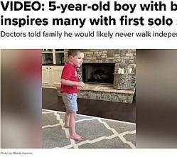 初めて自分で1人で歩いた5歳男児(画像は『ABC Action News 2020年6月20日付「VIDEO: 5-year-old boy with brain condition inspires many with first solo steps」(Photo by: Mandy Hanson)』のスクリーンショット)