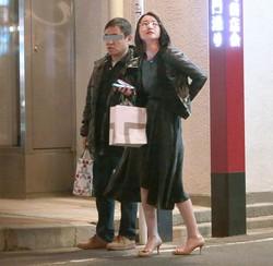 テレ朝退職後の19年4月。四谷の大通りでタクシー待ちをする業界人風の紳士と小川彩佳アナ