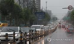 首都圏と中部で大雨が続いている。渋滞する道路(資料写真)=(聯合ニュース)
