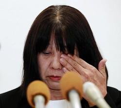 会見中、涙をぬぐう神戸市立東須磨小学校の仁王美貴校長=神戸市役所