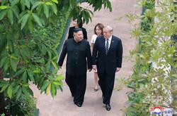 ベトナム・ハノイで行われた2回目の米朝首脳会談で、休憩中に散歩するドナルド・トランプ大統領(右)と北朝鮮の金正恩(キム・ジョンウン)朝鮮労働党委員長(左)。北朝鮮の国営朝鮮中央通信(KCNA)配信(2019年2月28日撮影)。(c)AFP=時事/AFPBB News