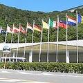 大塚国際美術館の正面玄関。たなびく国旗は作品の原画を所蔵する国のもの/画像提供:大塚国際美術館