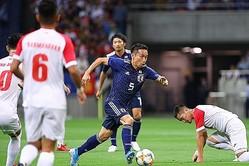 日本代表戦で約10年ぶりにゴールを決めた長友。写真:茂木あきら(サッカーダイジェスト写真部)
