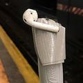 ニューヨークで地下鉄乗降中のAirPods落下が多発 使用禁止を検討中