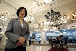 売り場でインタビューに応える大塚家具の大塚久美子社長(2015年5月12日。撮影=ロイター/アフロ )